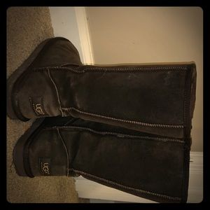 i'm selling a dark brown ugg boots.!!